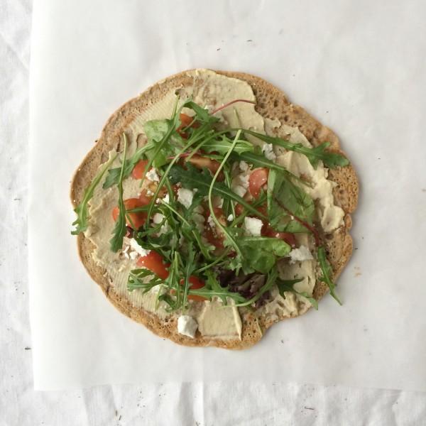 Wrap met humus, groenten en rucola
