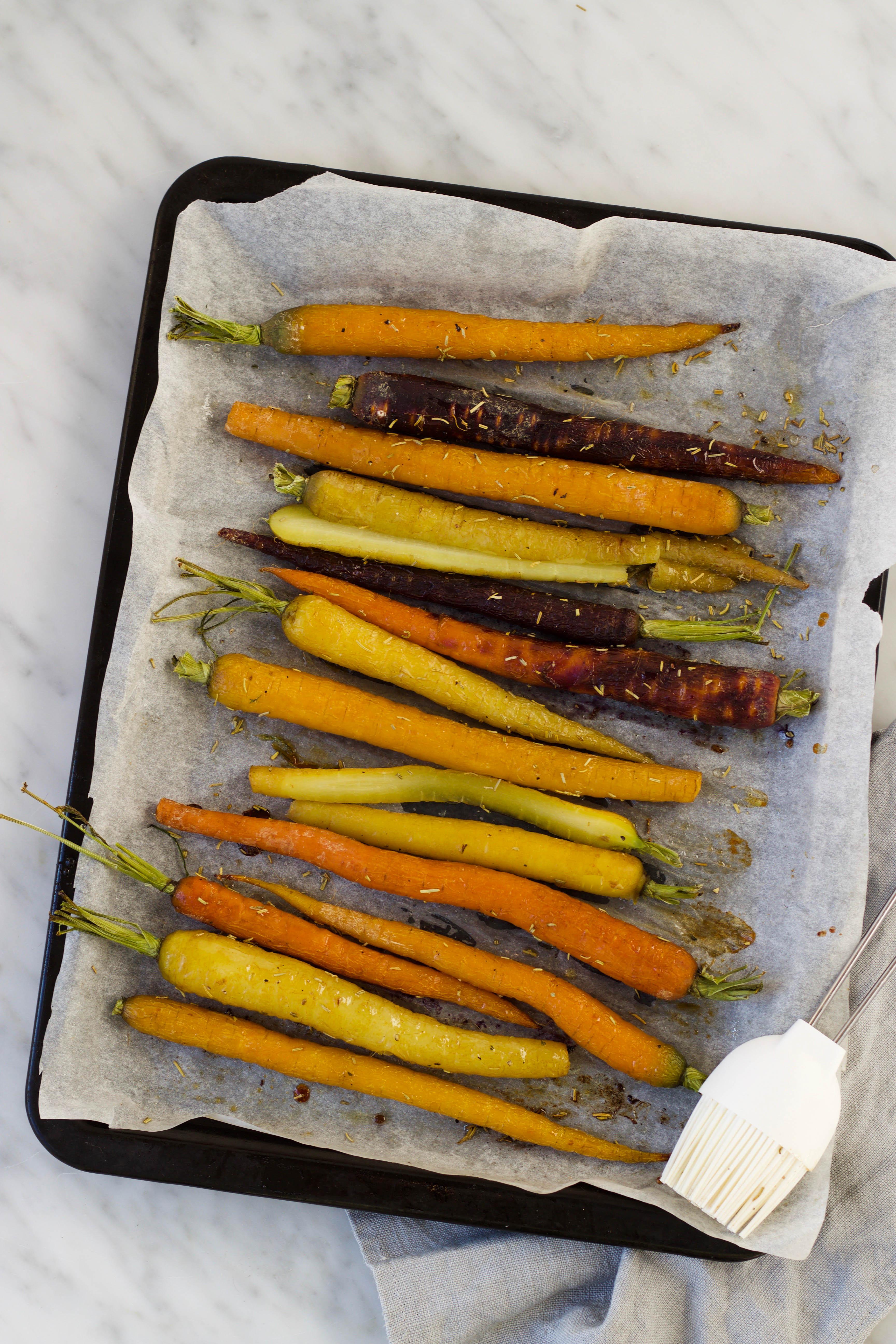 gegrilde regenboogwortels met honing en tijm feelgoodbyfood