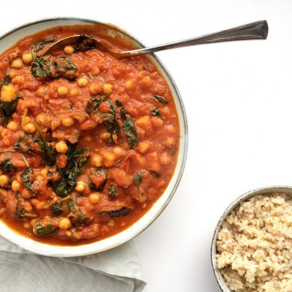 Zoete aardappel-tomaten stew met kikkererwten, spinazie en aubergine