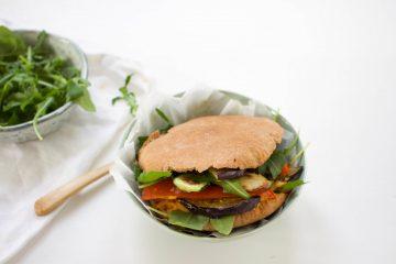 Pitabroodjes humus gegrilde groenten vegan