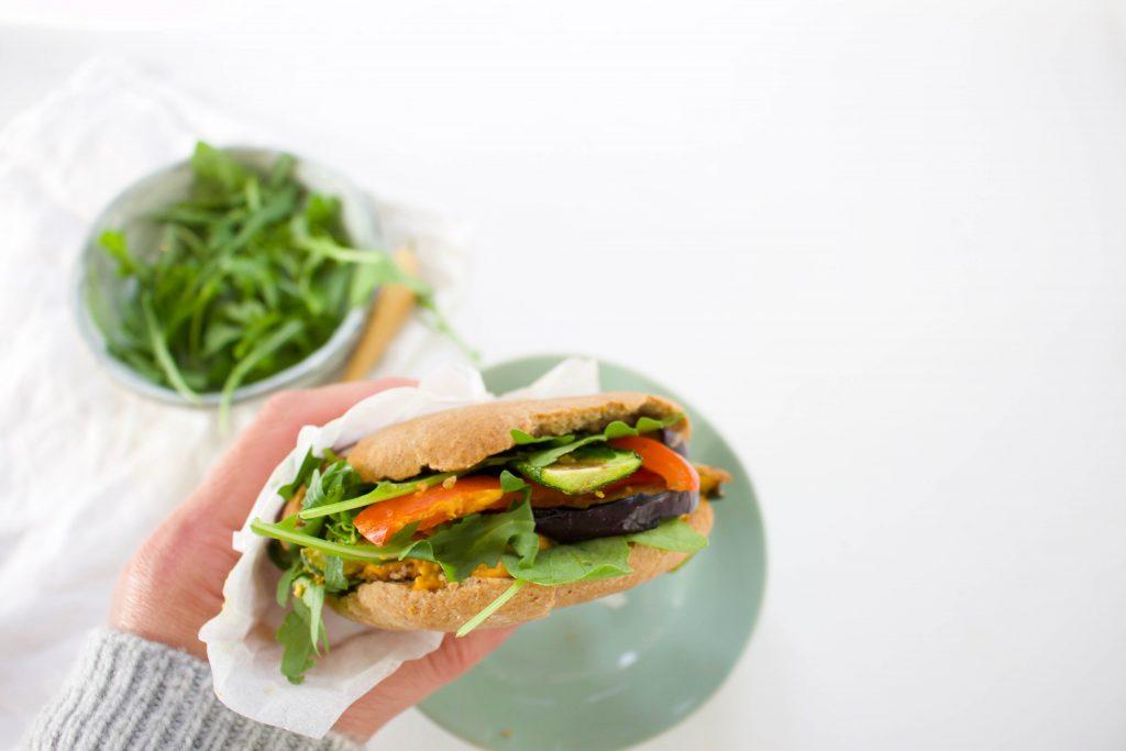 Pitabroodjes met humus en gegrilde groenten