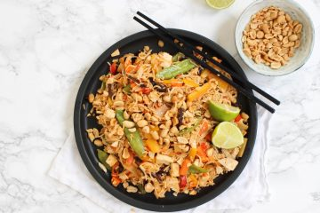 Vegan pad thai met scrambled tofu