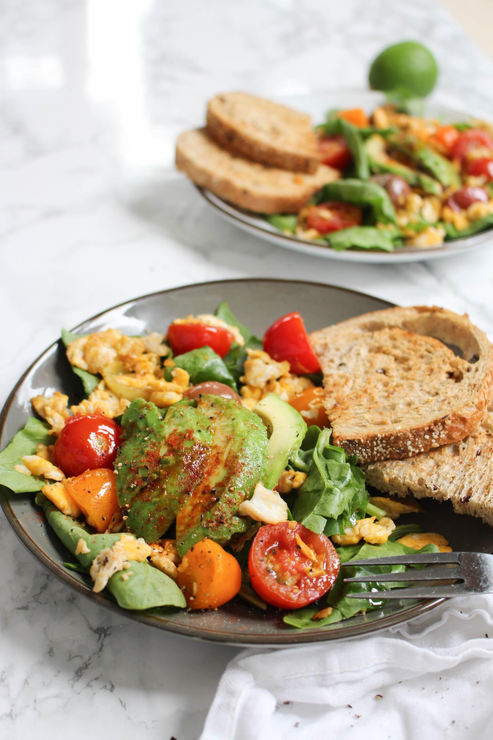 toast spinazie, ei en avocado
