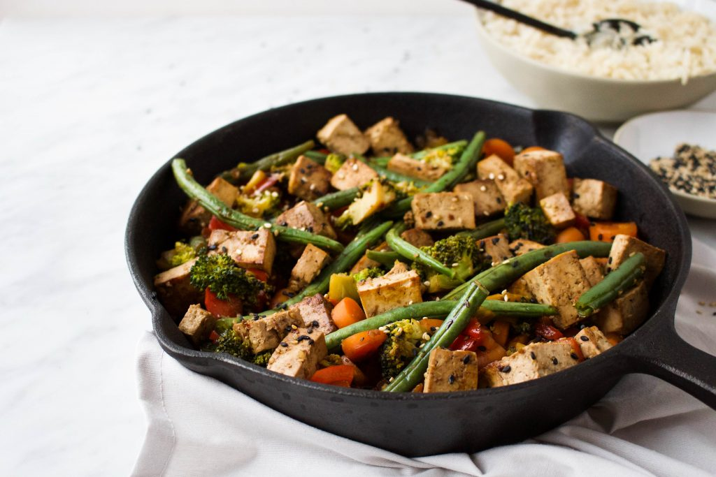 roerbak groenten met gemarineerde honing-sesam tofu