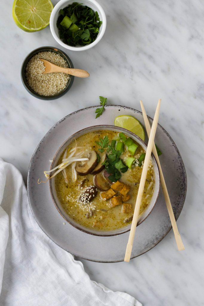 groene curry soep met noedels,