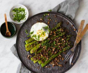 gegrilde asperges, ei, champignons